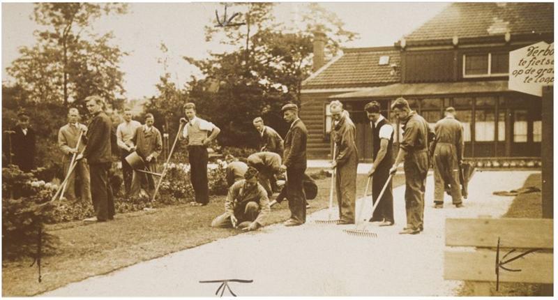 Werkloze jongeren aan de slag in het Volkspark.  Datum onbekend.